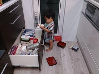 キッチンを封鎖! ベビーゲート大活躍!