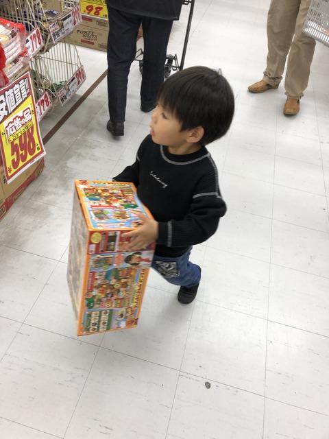 普通に買い物を楽しむ3歳児。