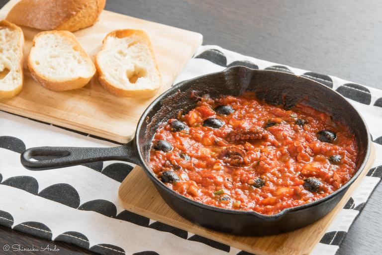 ニトリのスキレット・レシピ②_タコとブラックオリーブのトマト煮