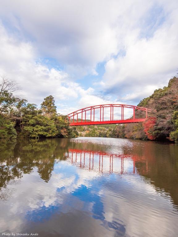 君津市亀山湖の紅葉クルーズ20161211-12(赤い橋)