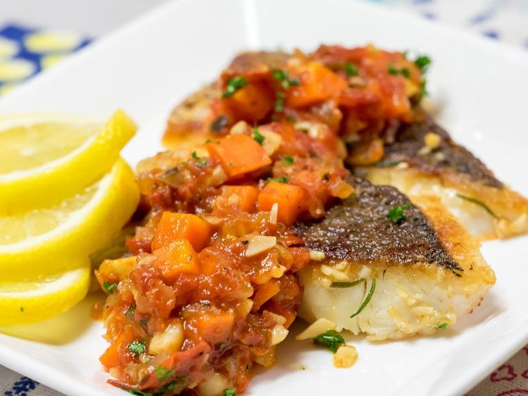 真鯛のローズマリー・ソテー、トマトソース。