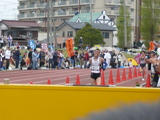 フルマラソン男子1位ゴール直前