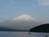 朝の富士と湖畔