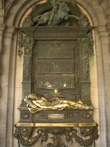 グラン・プラス・セルクラースの像