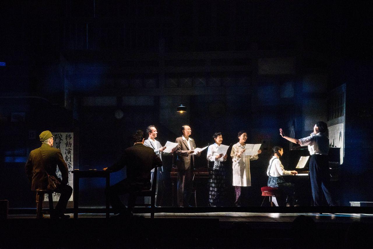 『紙屋町さくらホテル』舞台写真1合唱みんな