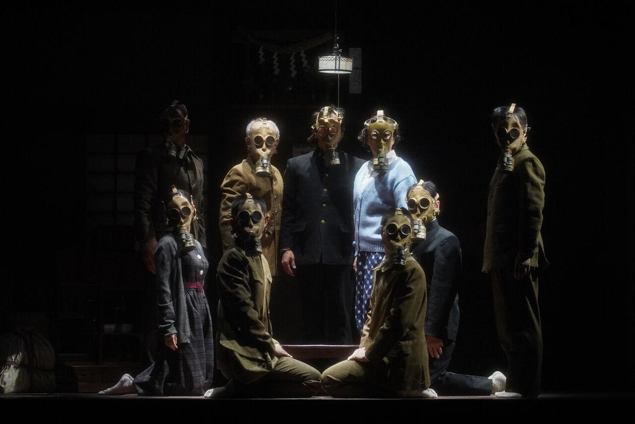 『きらめく星座』舞台写真12防毒マスクダンス