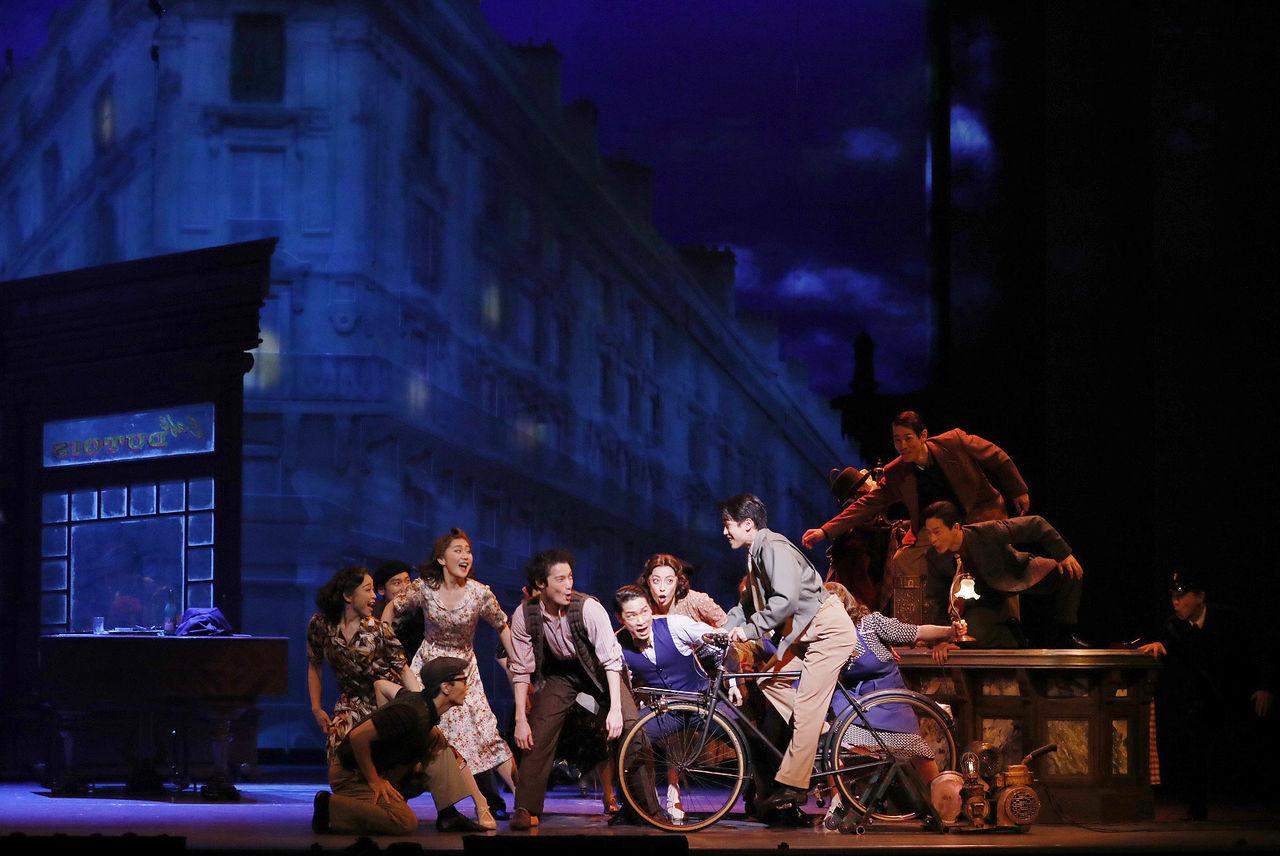 劇団四季『パリのアメリカ人』(自転車上:ジェリー役 酒井大)