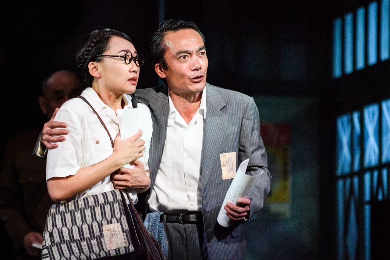 『紙屋町さくらホテル』舞台写真2肩抱き右が高橋