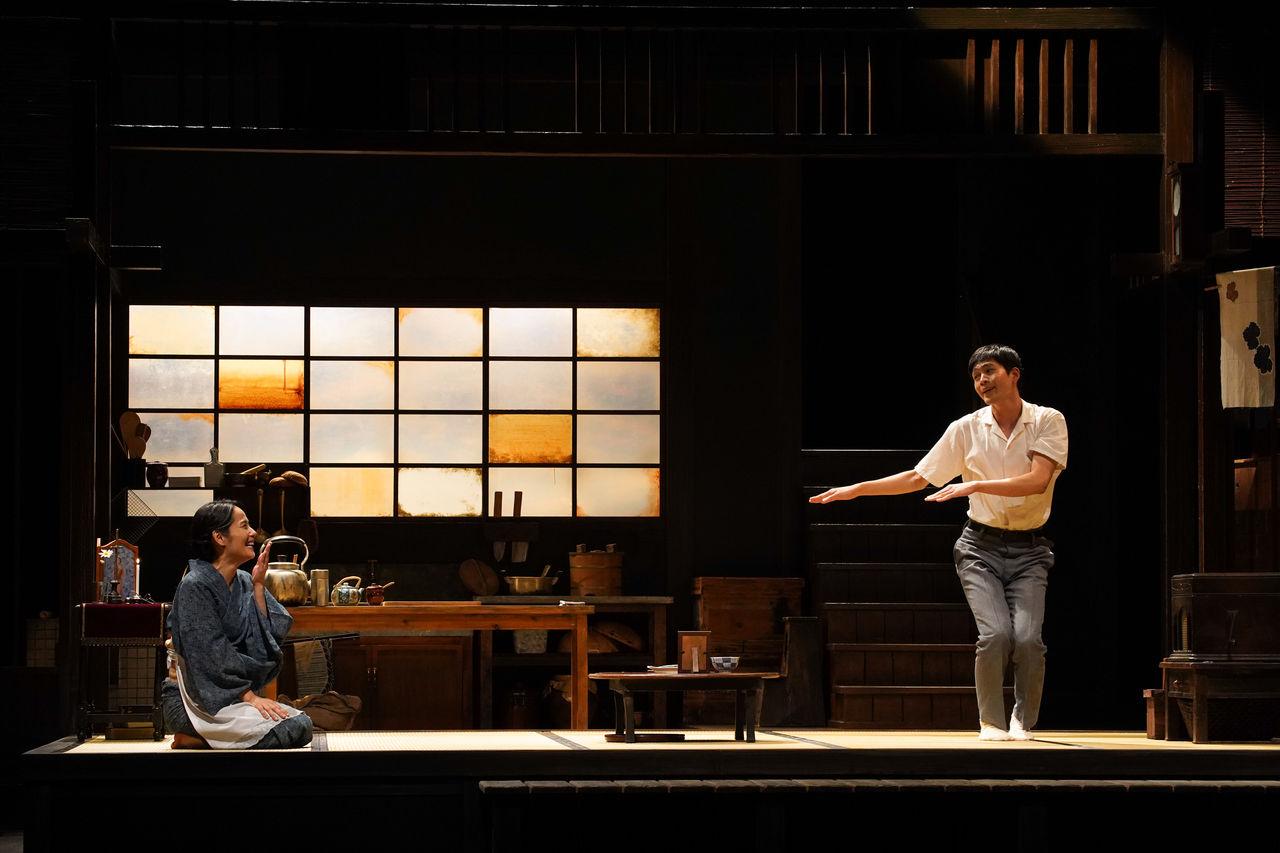 『母と暮せば』舞台写真�酋長踊り富田松下