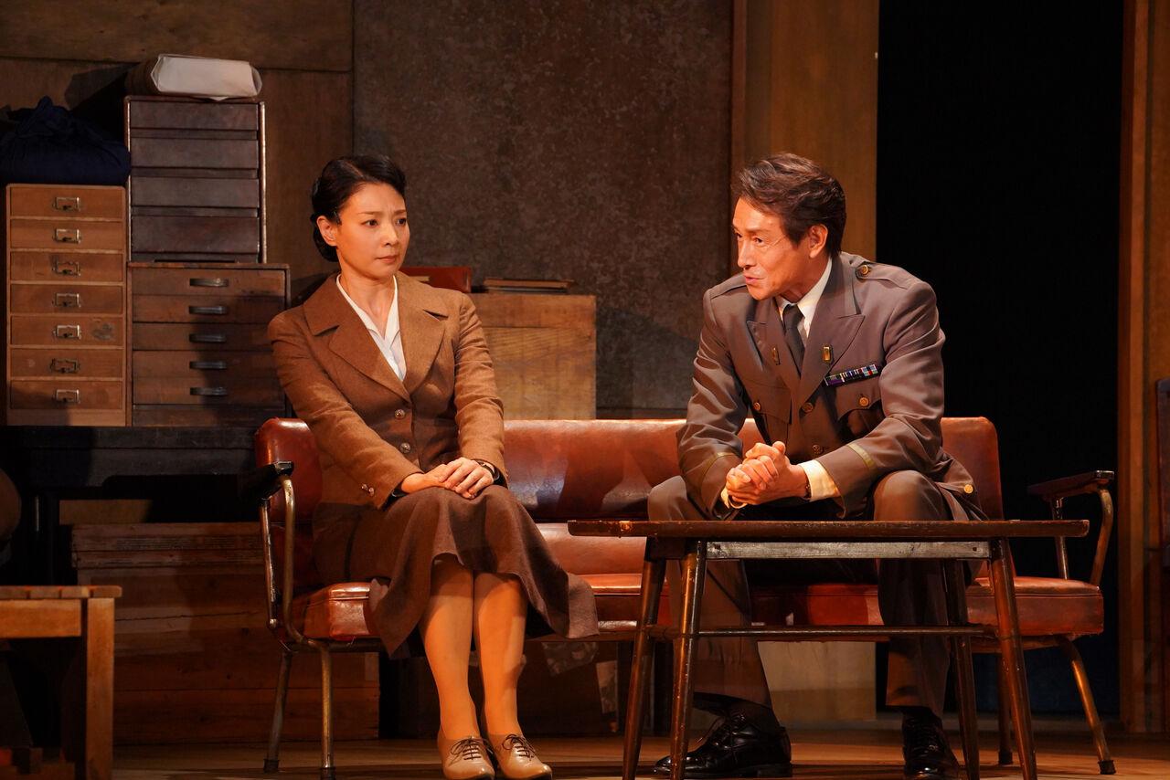 『私はだれでしょう』舞台写真�朝海吉田ソファ