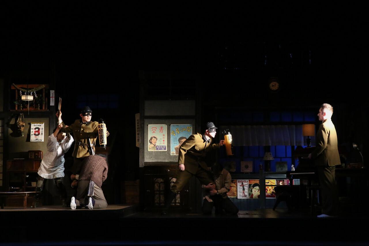 『きらめく星座』舞台写真01防空訓練