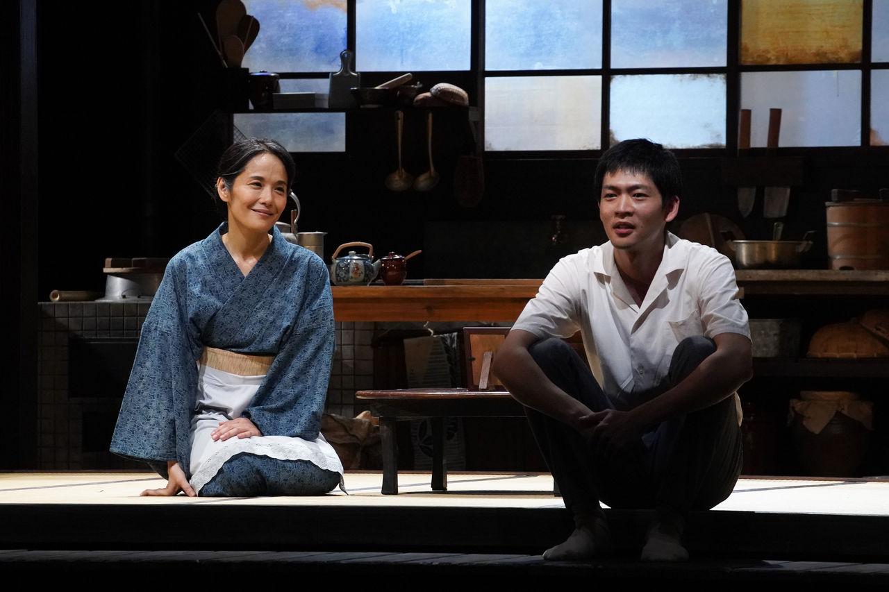 『母と暮せば』舞台写真�穏やか会話富田松下
