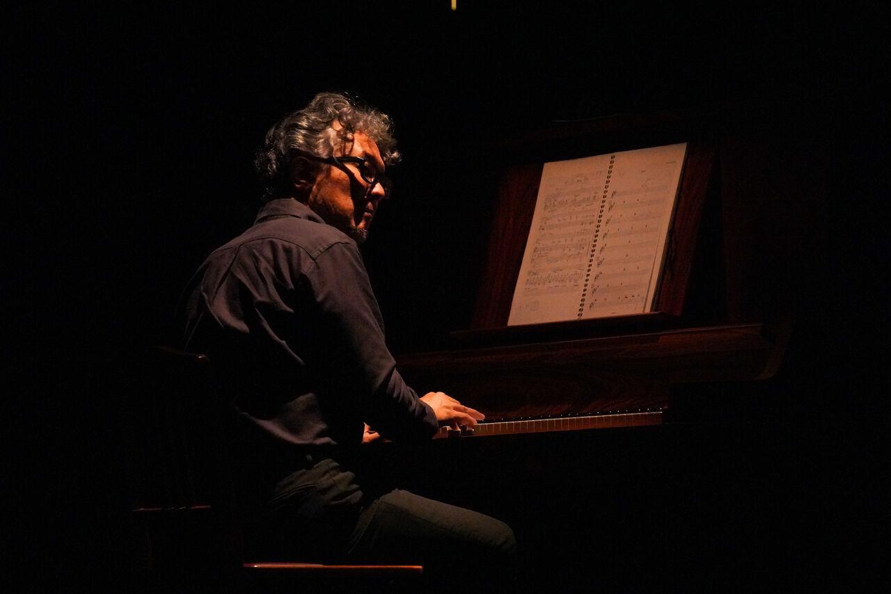 『私はだれでしょう』舞台写真�朴ピアノ