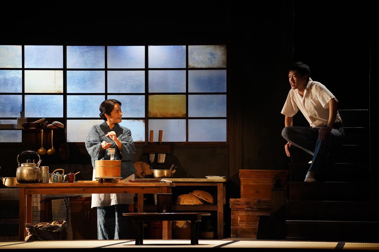 『母と暮せば』舞台写真�エアおにぎり富田松下