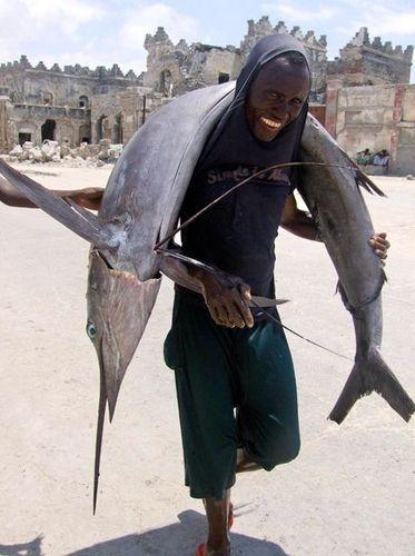 魚を背負う