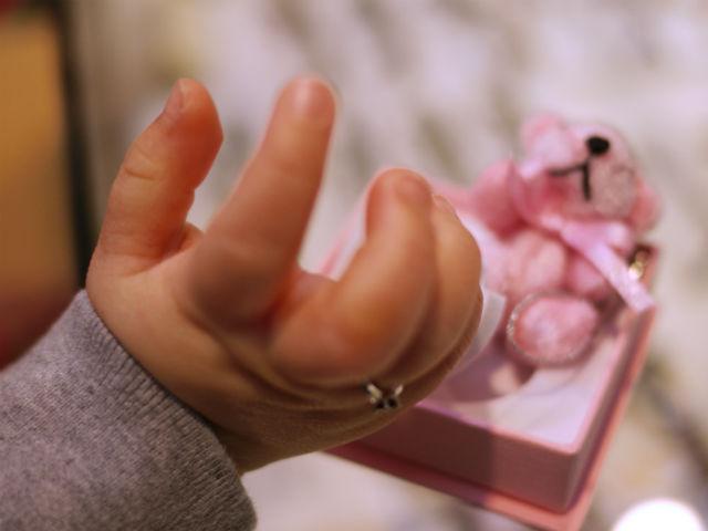 ぷにぷにした可愛い赤ちゃんの手指にリングをはめました