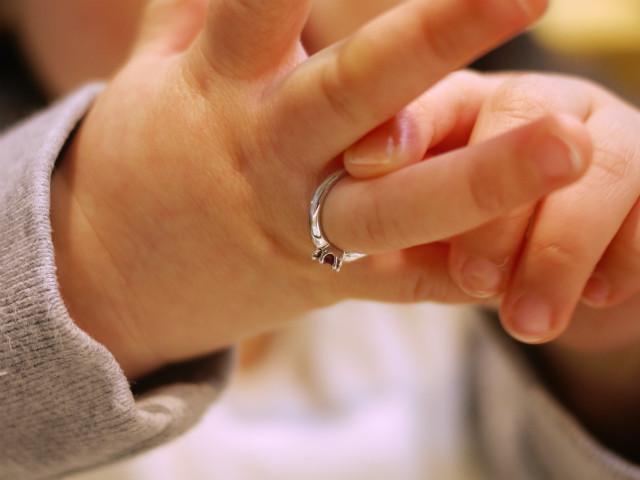 ガーネットのベビーリングを右手薬指に装着しています