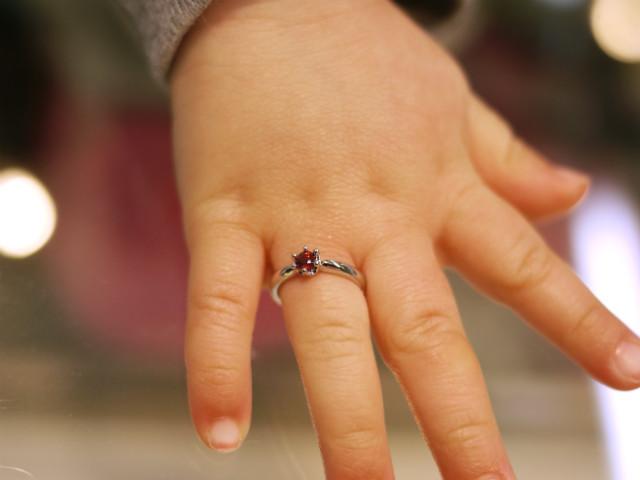 可愛い赤ちゃんの薬指にはめたベビーリングの写真