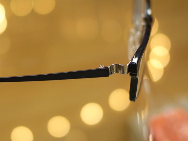 メタルフレームでも、レンズ厚みが気にならない