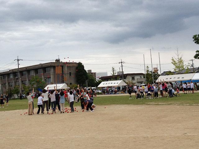 松江市城東地区運動会-玉入れ競争