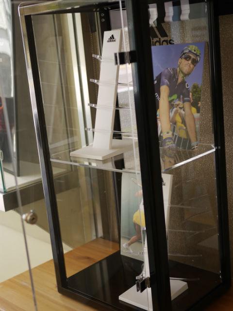 アディダス・TowerSmall設置、4本掛けディスプレイをセット