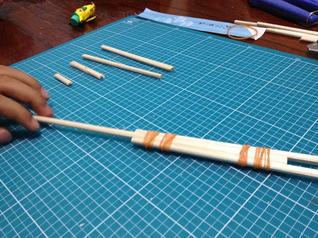 夏休みの工作「割り箸鉄砲」作製途中
