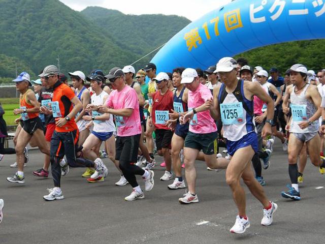 第17回 ピクニックラン桜江 山陰ランクラブ21km組スタート写真
