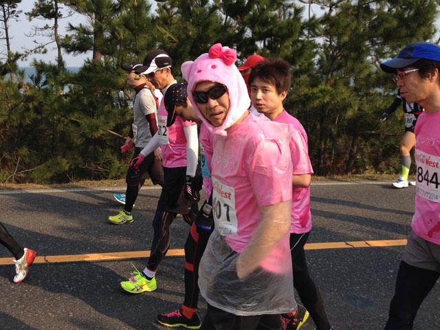 鳥取マラソン2014年ピンクキティのかぶり物、山陰ランクラブ