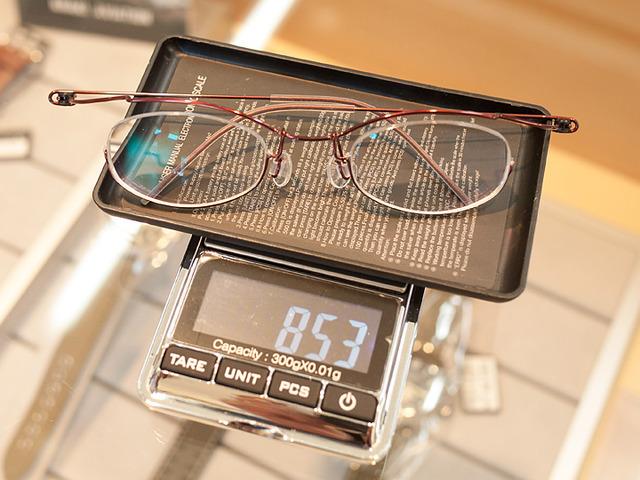 強度近視でもトータルで10gを切る驚くほどの軽さで眼鏡完成