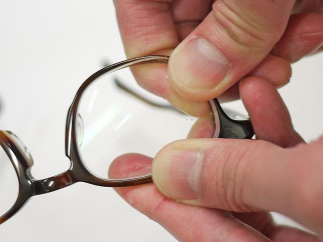 レンズを眼鏡フレームにはめ込みする作業