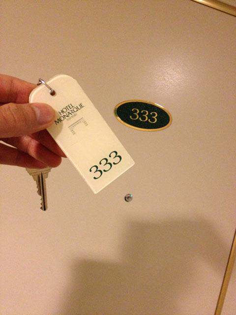 前泊ホテルの部屋。333フィーバー
