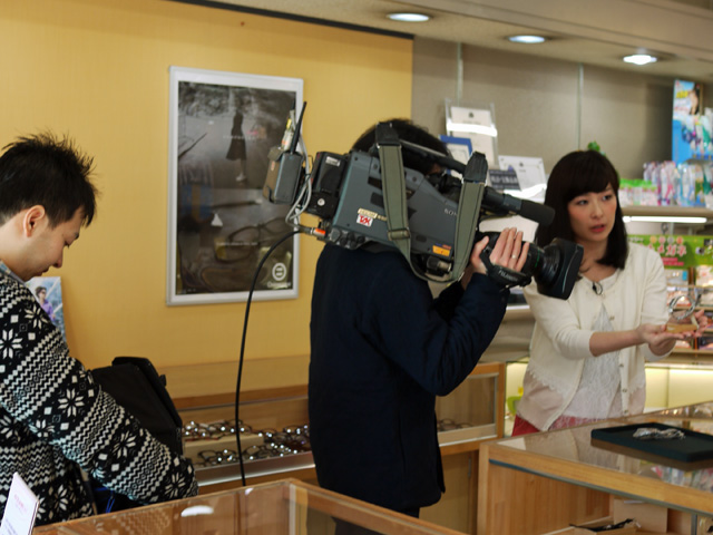 山陰中央TVアナウンサー坂西美香さんが商品を紹介中