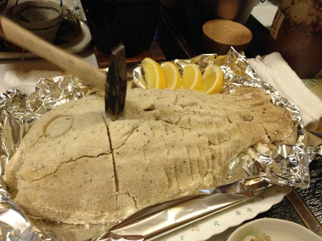 鯛の塩釜焼きを金槌で割る!