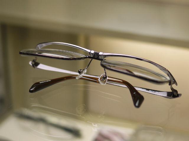 DUNドゥアン2054鯖江産の跳ね上げメガネです。