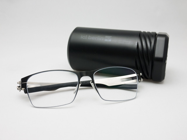ネジ型のブランドオリジナル眼鏡ケース付属