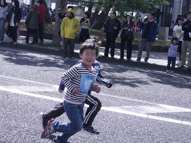 第34回 まつえレディースハーフマラソン・ちびっこマラソン1kmゴール