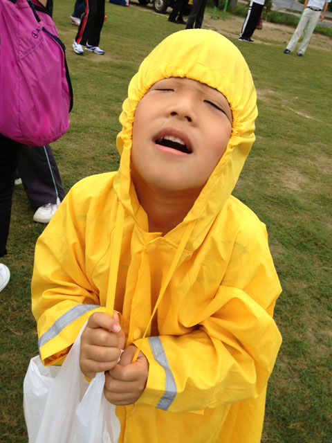 松江市城東地区運動会-次男、カッパで遊ぶ