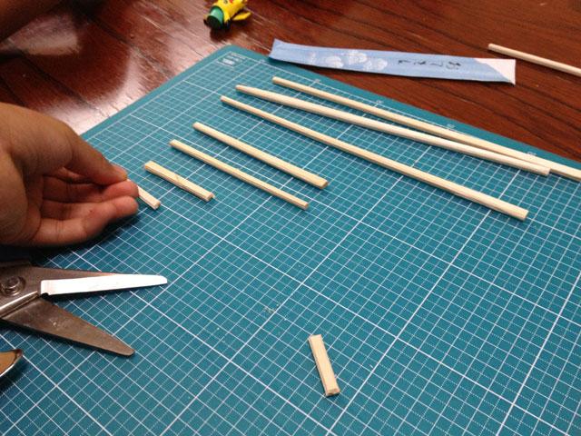 夏休みの工作「割り箸鉄砲」割りばしを必要な長さに切ります