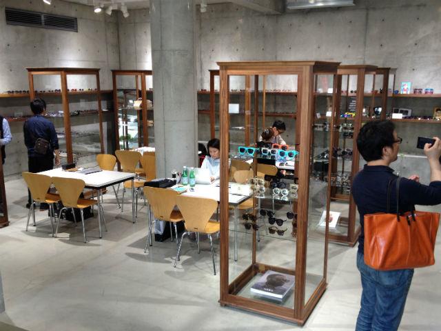 展示会「BLOW」にて、海外の珍しいメガネを見学