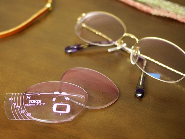 以前のレンズと、玉型変更後の完成形のメガネ