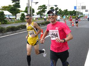玉造ハーフマラソン折り返し地点、山陰ランクラブ増本さん
