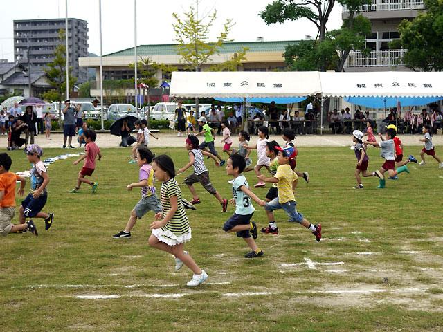 松江市城東地区運動会-幼児旗取り競争