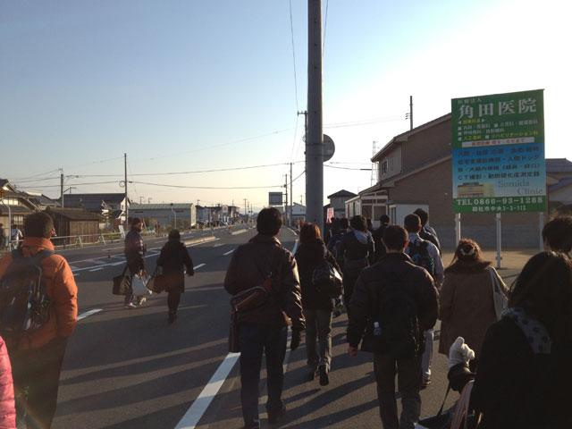 そうじゃ吉備路マラソン、会場付近バス乗降場から受付へ徒歩