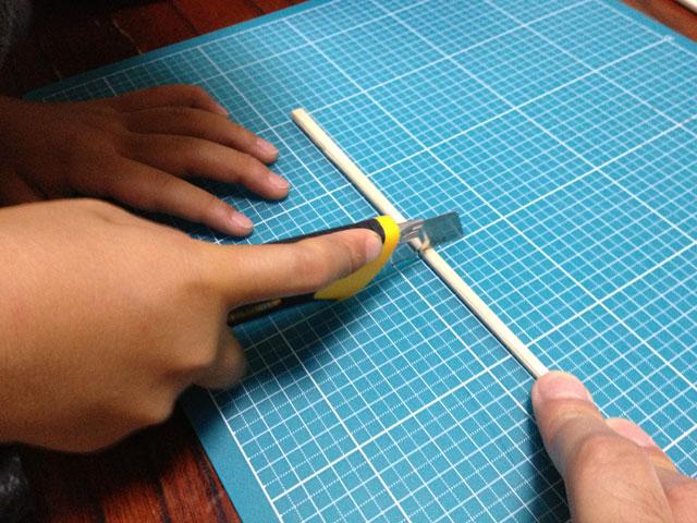 夏休みの工作「割り箸鉄砲」割りばしをカッターナイフで切断