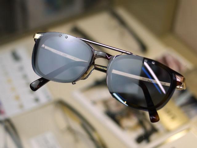 レンズや眼鏡と同じ形、すっきりスマートな取付けサングラス