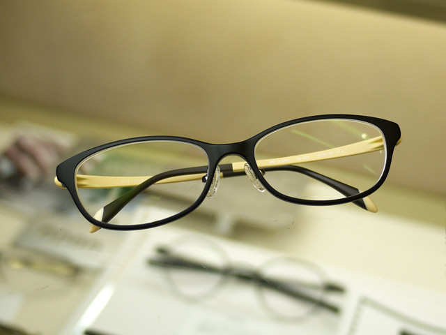 軽くて掛け心地のいいメガネ。セットで手ごろな価格