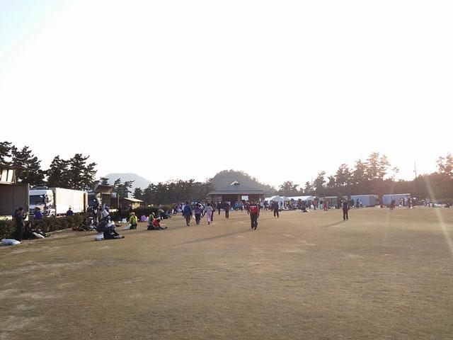 受付けと荷物預かり場所オアシス広場、鳥取マラソン2014年