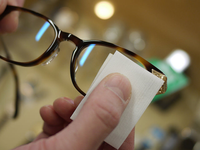 眼鏡レンズ両面を拭く。クリーナーとくもり止め効果が簡単作業