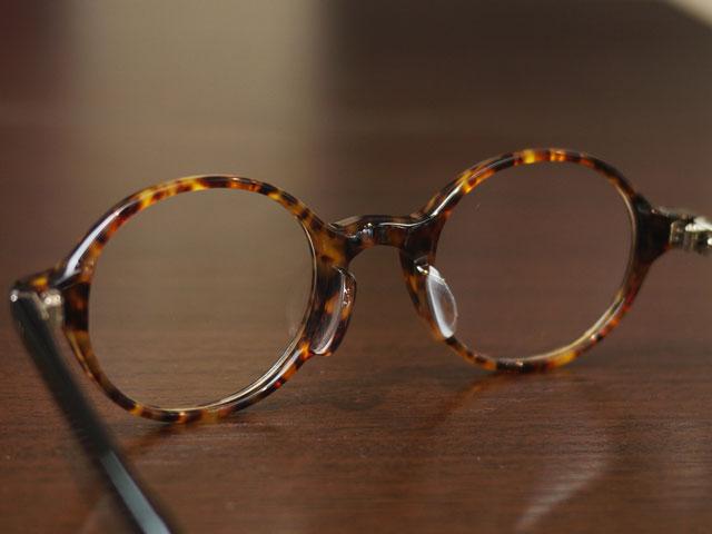 TurningStepターニングステップ丸メガネ、背面から