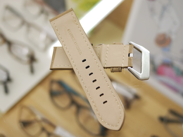 革ベルトの裏面横長の穴
